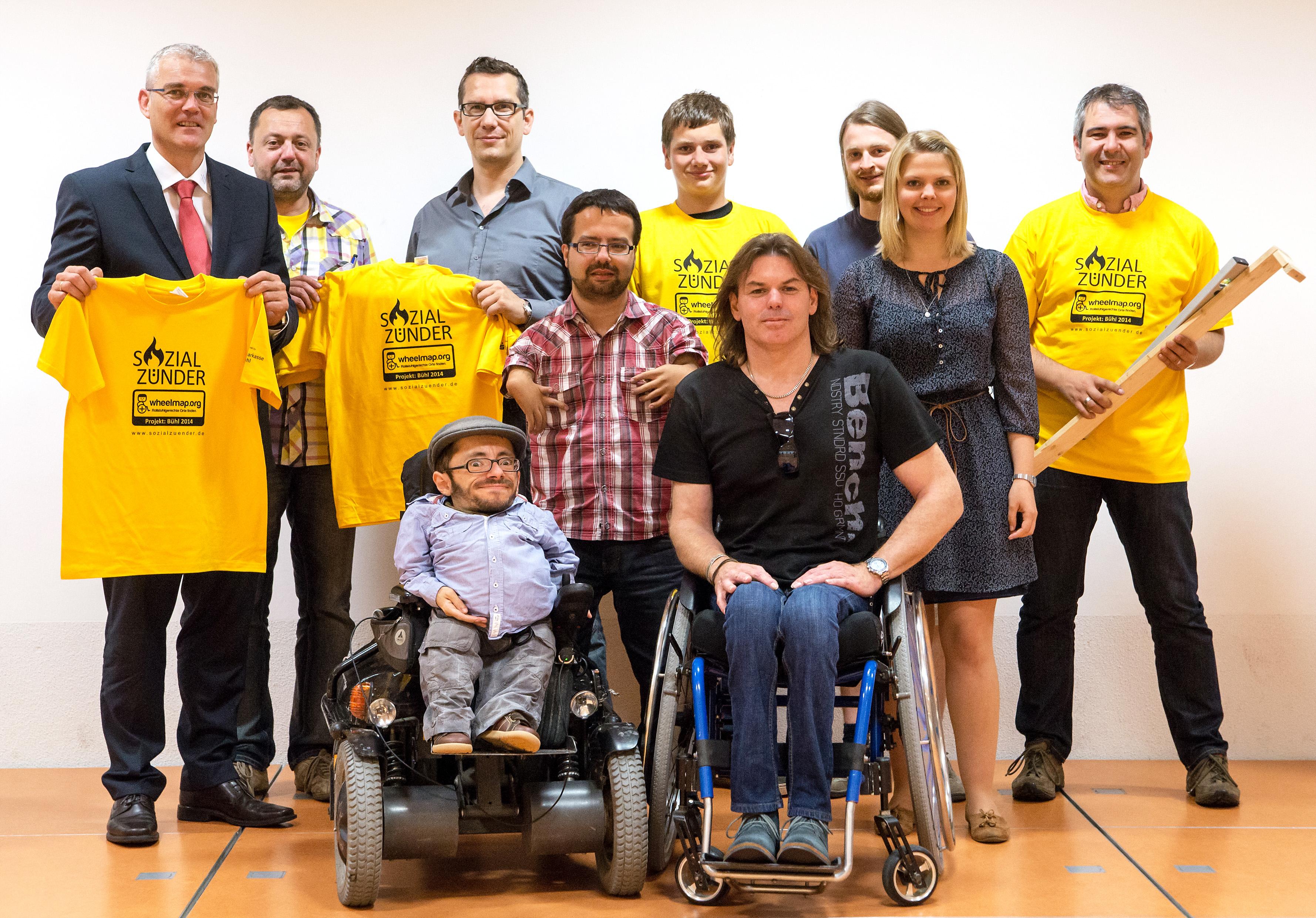 Die SOZIALZÜNDER mit Raul Krauthausen, Schulvertretern und Sponsor beim Vortragsabend zum Wheelmap-Projekt 2014 (Foto: Daniel Reuss)